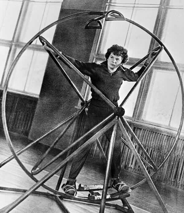 Tierieszkowa studiowała w Wojskowym Instytucie Lotnictwa im. Żukowskiego w Moskwie, który ukończyła w 1969 roku jako inżynier kosmonauta. - Sputnik Polska