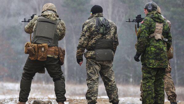 Kanadyjscy instruktorzy szkolą ukraińskich żołnierzy na Jaworowskim poligonie w obwodzie lwowskim - Sputnik Polska