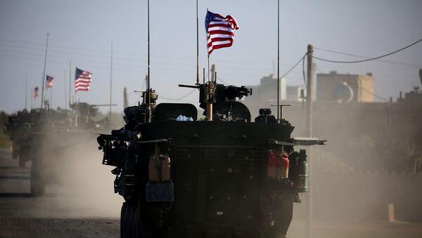 Amerykański konwój wojskowy na przedmieściach syryjskiego miasta Manbidż - Sputnik Polska