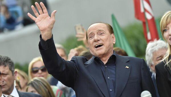 Były premier Włoch Silvio Berlusconi w otoczeniu swoich zwolenników - Sputnik Polska