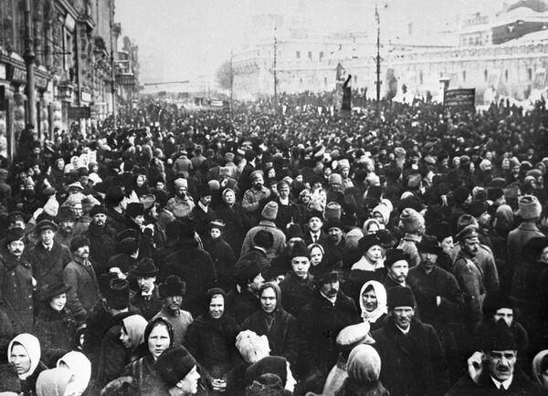 W Moskwie rewolucja lutowa dokonała się 1 (14) marca 1917 roku. Jednym z jej symboli była demonstracja na Placu Teatralnym, gdzie od dawna był plac wojskowy, przez co środek placu był niedostępny dla pieszych i powozów. - Sputnik Polska