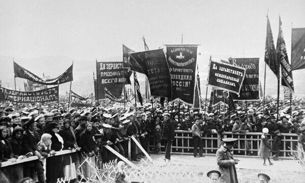 Władywostok był nie mniej niż Petersburg i Moskwa ogarnięty rewolucyjnym zapałem. Pacyfistyczne hasła na plakatach szły ramię  w ramię z politycznymi. - Sputnik Polska