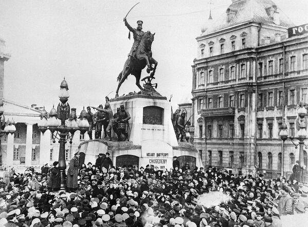 """Plac Twerski w Moskwie w lutym 1917 roku miał nazwę Skobeliowskiego, a na miejscu obecnego pomnika założyciela Moskwy Jurija Dołgorukiego stał pomnik generała Michaiła Skobeliowa, który zyskał sławę w wojnie rosyjsko-tureckiej w latach 1877—1878. Pomnikowi pozostało tylko kilka miesięcy trwania na monumencie, potem zastąpi go """"Obelisk Wolności"""". - Sputnik Polska"""