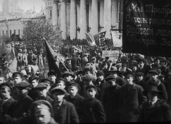Rewolucyjna młodzież to często niepełnoletni chopcy. Pełnowartościowych robotników zrobiła z nich przede wszystkim wojna i już podczas czwartego roku trwania wojny okazało się, że ci chopcy są nie mniej niż dorośli podatni na rewolucyjną agitację.  Demonstracja w Moskwie z żądaniem ochrony pracy dzieci. - Sputnik Polska
