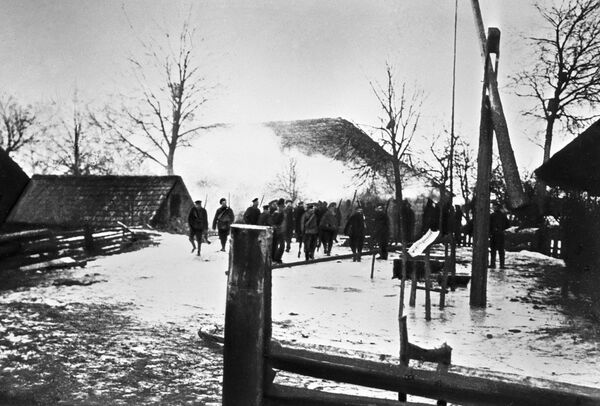 Na wsiach rewolucja, choć w 1917 roku nie zmieniła się w prawdziwą wojnę domową, to już w lutym była krwawa i wyniszczająca.   Żołnierze wchodzą na spalone wiejskie podwórko, należące do uczestnika powstania w krajach nadbałtyckich w 1917 roku. - Sputnik Polska