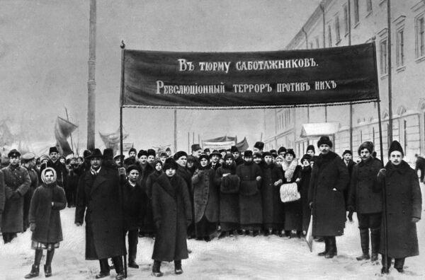 """Najprostsze wyjaśnienie trudności żywnościowych to wojna i kryzys, ale w okresie rewolucji to już nie działało. Trzeba było szybko znaleźć i ukrać """"winnych"""". Okazali się nimi """"urzędnicy sabotażyści"""", których już w lutym postawiono do odpowiedzialności (Piotrograd). - Sputnik Polska"""