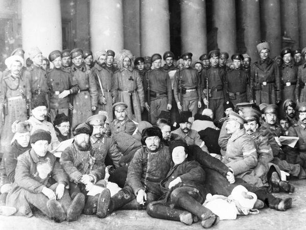 Policjanci w stolicach, obawiając się rewolucyjnych tłumów, chodzili ubrani jak cywile, a często nawet próbowali się ukryć. Jednak zbyt wielu znało ich twarze.  Aresztowani przebrani policjanci pod strażą rewolucyjnych żołnierzy. Piotrograd, 1917 rok. - Sputnik Polska