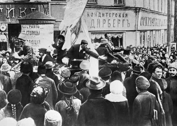 Małoruś, a szczególnie jej ośrodki przemysłowe – była nie mniej rewolucyjnie nastawiona niż Rosja centralna (demonstracja na placu w Charkowie). - Sputnik Polska