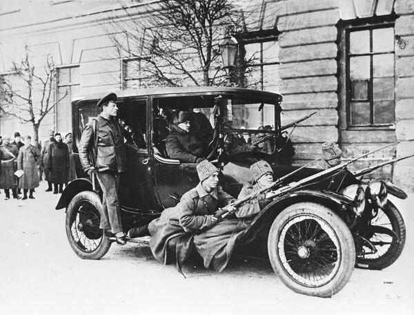 Jedno z pierwszych działań rewolucjonistów to wywłaszczenie, czyli po prostu grabież. Na przykład, wczorajsi żołnierze przejmują na swoje potrzeby jeden z niewielu w stolicy samochodów – luksus, o którym żaden z nich nie mógł wcześniej nawet pomarzyć.  Rewolucjoniści w samochodzie Dumy z uzbrojoną ochroną w pierwszych dniach rewolucji lutowej. - Sputnik Polska