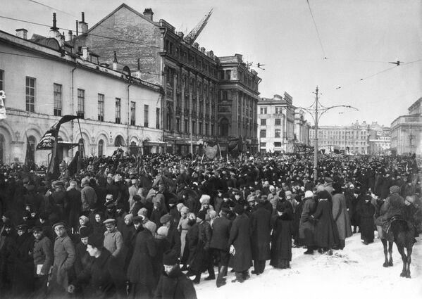 Demonstracja na Przejeździe Teatralnym w Moskwie. 1917 rok. - Sputnik Polska