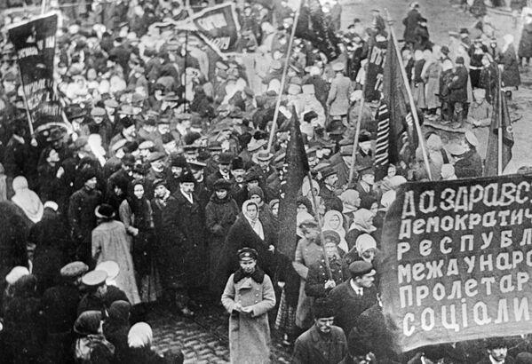 Demonstracja robotników w Charkowie  w 1917 roku. - Sputnik Polska