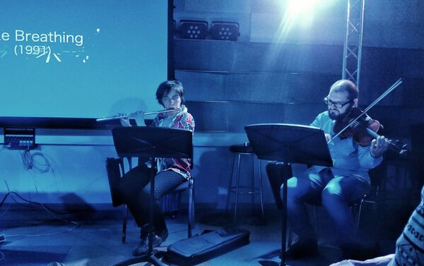 Muzycy wykonują jeden ze wcześniejszych utworów kompozytora na żywo - Sputnik Polska
