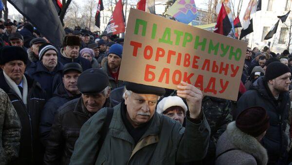 Zwolennicy blokady handlowej Donbasu na wiecu w Kijowie - Sputnik Polska