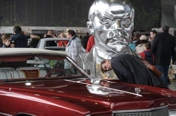 Oprócz samochodów przedrewolucyjnych, na wystawie zaprezentowano także amerykańską, europejską i radziecką klasykę samochodową lat 1960-ych i 70-ych. Na fotografii: Cadillac Eldorado. - Sputnik Polska