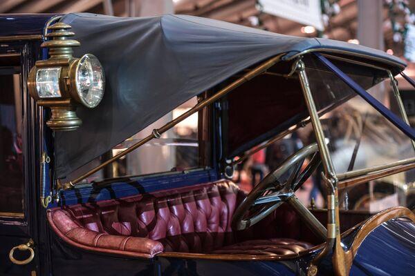 Samochód Delaunay-Belleville 40HP (1909 rok). Marka Delaunay-Belleville została wybrana przez rodzinę carską jako oficjalny samochód dworu. To typowy dla tego okresu samochód luksusowy, który cenili także amerykański prezydent Theodor Roosevelt, prezydent Francji Poincaré, król Danii Fryderyk VIII, grecki król Georg I, brytyjski król Edward VII czy austriacki książę Franciszek-Ferdynand. Rosyjska rodzina carska była kluczowym klientem kompanii, dlatego po rewolucji 1917 roku epoka rozkwitu Delaunay-Belleville zakończyła się. - Sputnik Polska