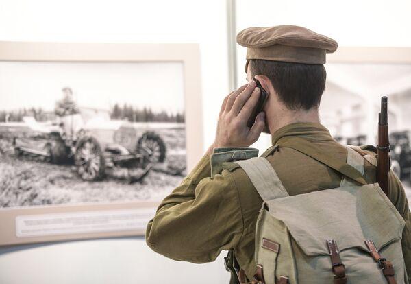 Rekonstruktorzy, w tym także wojskowi, to jedni z głównych odwiedzających show samochodów retro. - Sputnik Polska