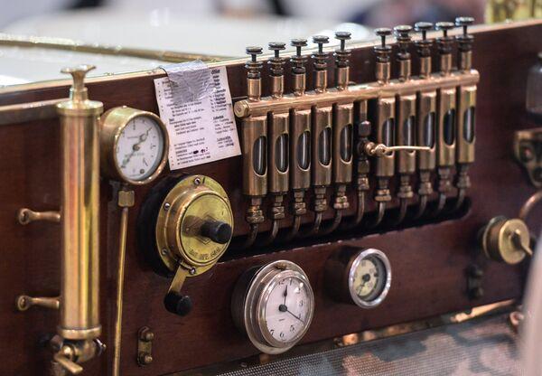 Samochód Mercedes Simplex 28/32PS (1905 rok). Drewno, brąz, emaliowane cyferblaty - wnętrza samochodów z początku XX wieku były unikalne i najczęściej przygotowywane na zamówienie. - Sputnik Polska