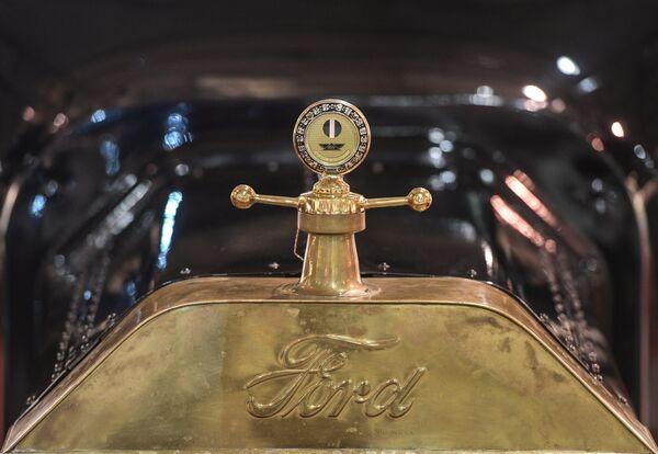 """Samochód Ford. Ludowe """"fordy"""" modelu T były produkowane wyłącznie w czarnym kolorze. Dla tych, którzy chcieli się wyróżniać były maskotki – figurki zdobiące przód samochodu. - Sputnik Polska"""