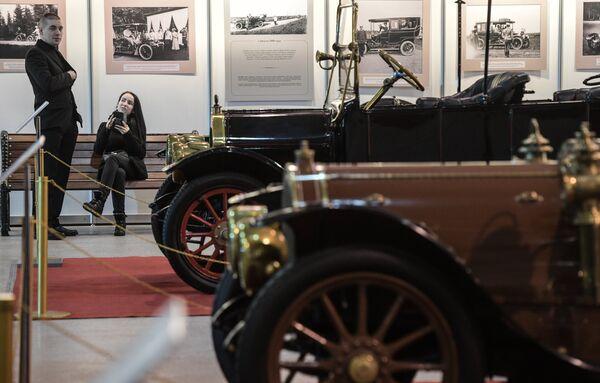 """Wystawa starych samochodów """"Pierwsze silniki Rosji"""" jest najszerszym pokazem automobili do 1917 roku w ciągu ostatnich lat w Rosji. - Sputnik Polska"""