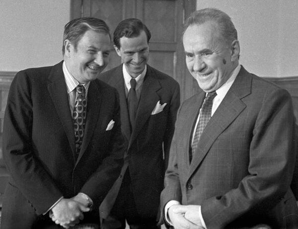 Podczas II wojny światowej Rockefeller pełnił służbę w Afryce Północnej i Francji, był doradzą attaché wojskowego w Paryżu i pracował dla wywiadu wojskowego.  Na zdjęciu: Rockefeller na spotkaniu z przewodniczącym Rady Ministrów Związku Radzieckiego Aleksiejem Kosyginem, 21 maja 1973 roku. - Sputnik Polska