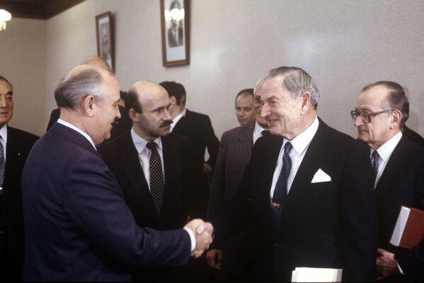 Sześć lat później już na stanowisku wiceprezesa połączył Chase National z Bankiem Manhattanu, w czego wyniku powstał jeden z największych amerykańskich banków Chase Manhattan. Na zdjęciu: spotkanie Rockefellera z sekretarzem generalnym KC KPZR Michaiłem Gorbaczowem, 18 stycznia 1989 roku. - Sputnik Polska