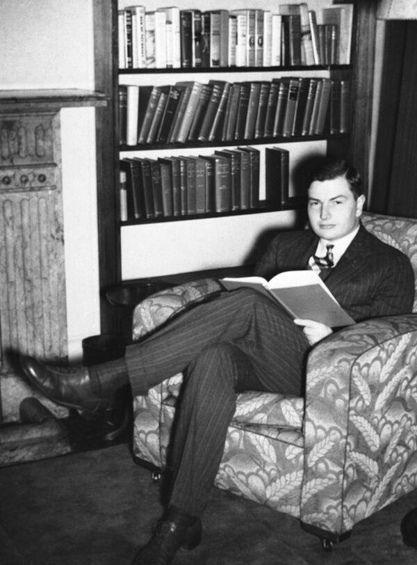 W 1936 roku z wyróżnieniem ukończył studia na Uniwersytecie Harvarda w zakresie angielskiej historii i literatury, a później otrzymał edukację ekonomiczną. - Sputnik Polska