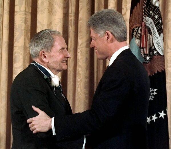 David kontynuował tradycję Rockefellerów, zakładając i wspierając organizacje charytatywne i społeczne. Na zdjęciu: Bill Clinton wręcza Rockefellerowi Prezydencki Medal Wolności, 15 stycznia 1998 roku. - Sputnik Polska