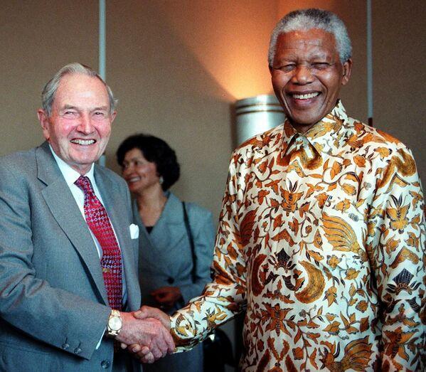 David Rockefeller dożył sędziwego wieku dzięki licznym operacjom. Miał aż sześć przeszczepów serca. Pierwszy zabieg został przeprowadzony w 1976 roku, a ostatni - kilka miesięcy przed jego 100. urodzinami.  Na zdjęciu: spotkanie Rockefellera z prezydentem RPA Nelsonem Mandelą 18 września 1998 roku. - Sputnik Polska