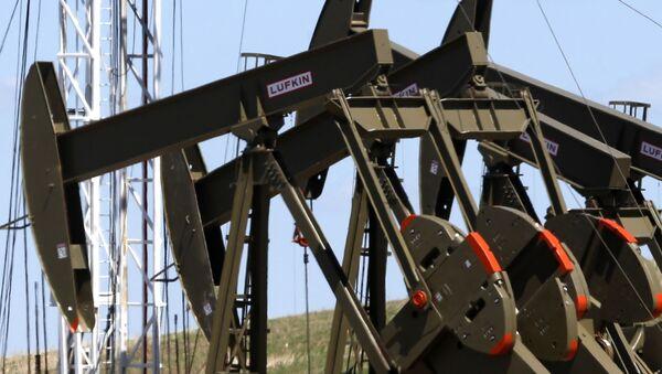 Pompy do wydobycia ropy naftowej w Północnej Dakocie w Stanach Zjednoczonych - Sputnik Polska