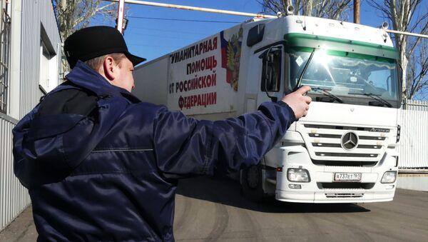 Ciężarówka 63. konwoju Ministerstwa ds. Sytuacji Nadzwyczajnych Rosji z pomocą humanitarną dla mieszkańców Donbasu w Doniecku - Sputnik Polska