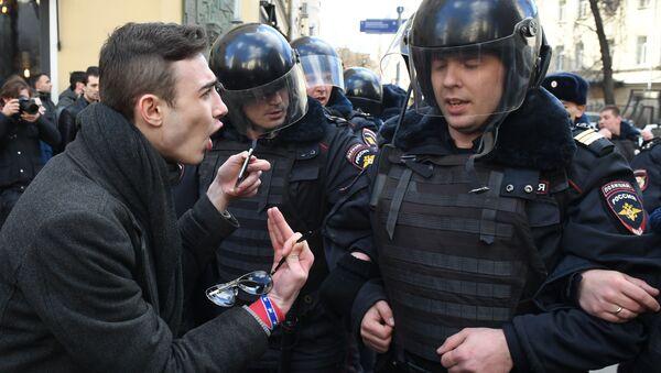 Policjanci i uczestnik nielegalnego wiecu na Placu Puszkina w Moskwie - Sputnik Polska