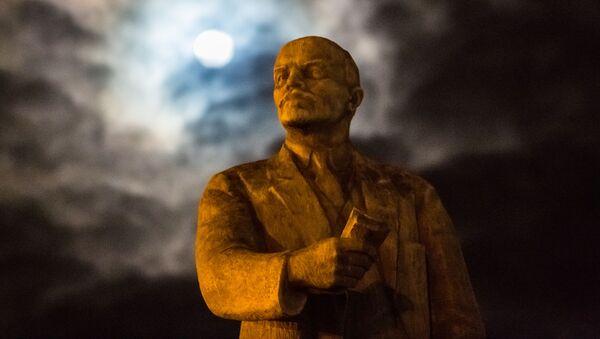 W mieście Czop w obwodzie zakarpackim Ukrainy sprzedano pomnik Włodzimierza Lenina na aukcji za niemal 10 tys. dol. - Sputnik Polska