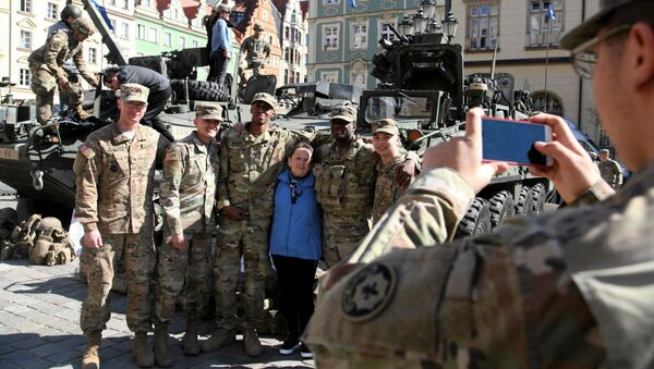 Mieszkańcy Wrocławia fotografują się z żołnierzami NATO, 27 marca 2017 - Sputnik Polska