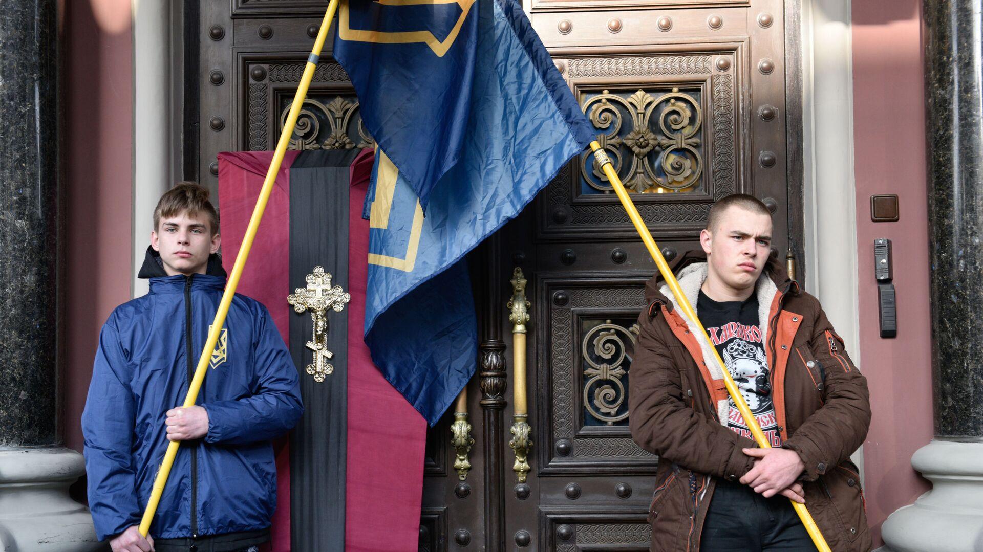 Uczestnicy akcji nacjonalistów pod budynkiem Banku Narodowego Ukrainy w Kijowie - Sputnik Polska, 1920, 01.09.2021