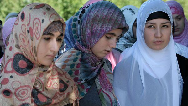 Uczestniczki akcji Jak powinna się ubierać czeczeńska kobieta w Groznym - Sputnik Polska