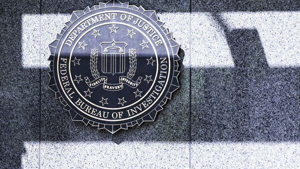 Logotyp FBI przy wejściu do siedziby agencji w Waszyngtonie - Sputnik Polska