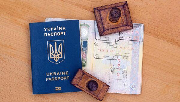 Ukraiński paszport z pieczątkami poświadczającymi przekroczenie granicy - Sputnik Polska