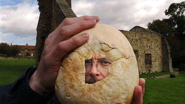 Brytyjski archeolog Simon Mays podczas wykopalisk w Wharram Percy - Sputnik Polska