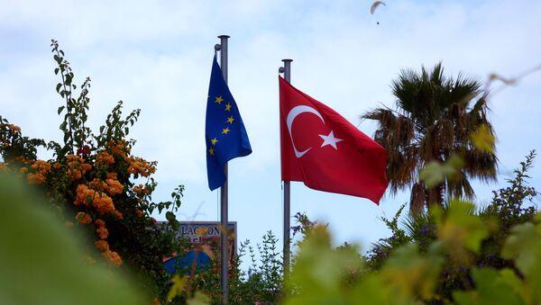 Flagi UE i Turcji w miasteczku Ölüdeniz w prowincji Mugla na południowym zachodzie Turcji - Sputnik Polska