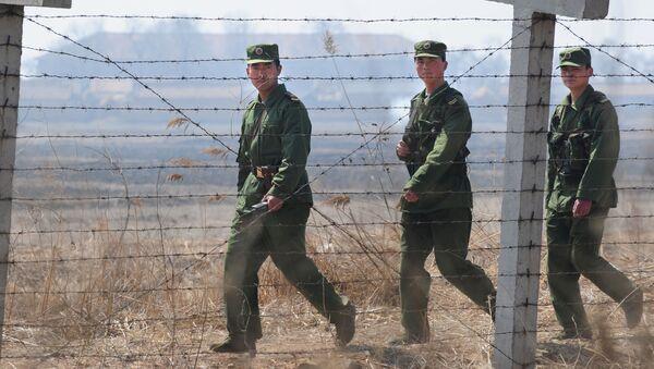 Chińscy żołnierze na granicy z Koreą Północną - Sputnik Polska