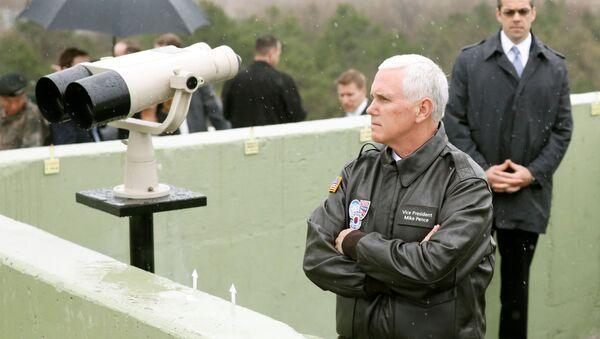 Wiceprezydent USA Mike Pence odwiedził strefę zdemilitaryzowaną rozcinającą Półwysep Koreański - Sputnik Polska