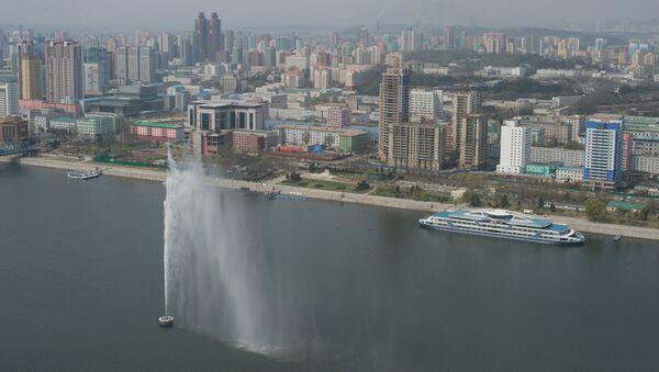 Widok na Pjongjang z placu widokowego Wieży Idei Dżucze - Sputnik Polska