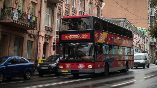 Dwupiętrowy autobus wycieczkowy City Sightseeing Kyiv na jednej z ulic Kijowa - Sputnik Polska