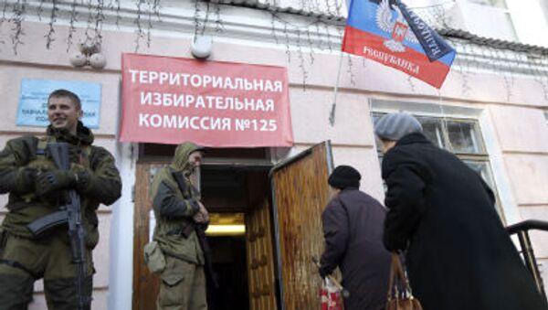 Mieszkańcy Doniecka przy wejściu do lokalu wyborczego №125 na wyborach szefa DRL i deputowanych Rady Ludowej Republiki - Sputnik Polska