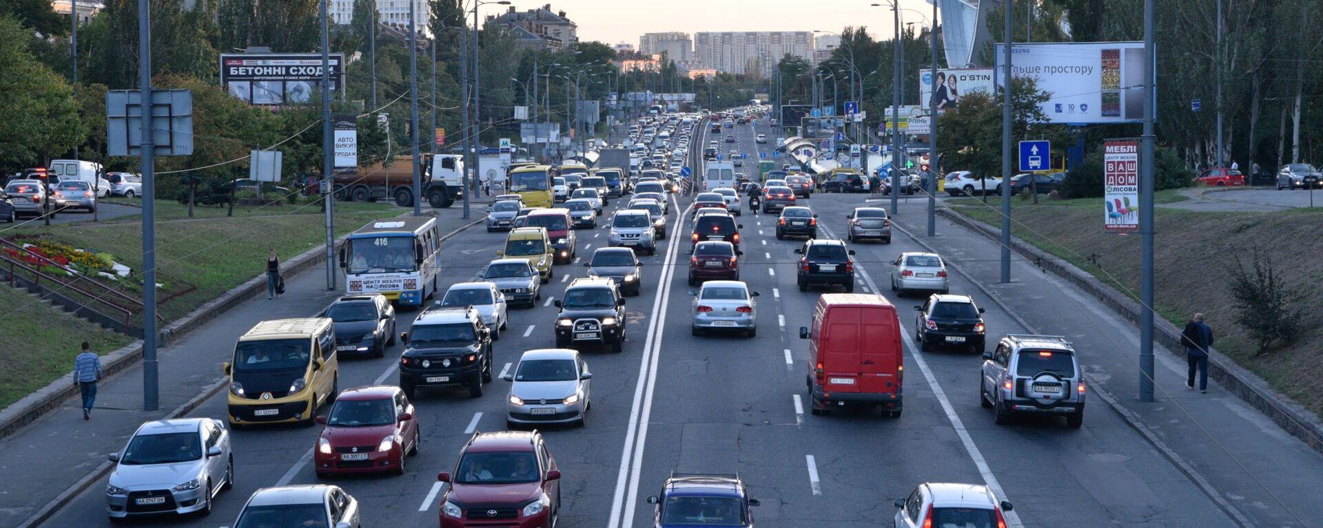 Ruch samochodowy na jednej z ulic w Kijowie - Sputnik Polska, 1920, 12.08.2019