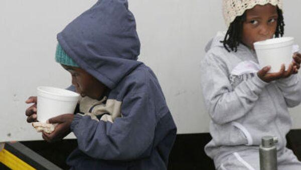 Dzieci afrykańskich imigrantów w tymczasowym obozie - Sputnik Polska