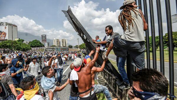 Antyrządowe zamieszki w Caracasie - Sputnik Polska