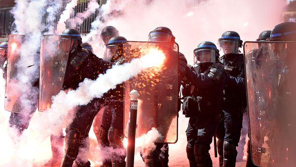 Сотрудники полиции во время первомайских демонстраций в Париже - Sputnik Polska