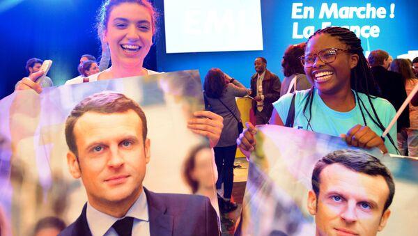 Zwolennicy Emmanuela Macrona podczas konferencji prasowej we Francji - Sputnik Polska
