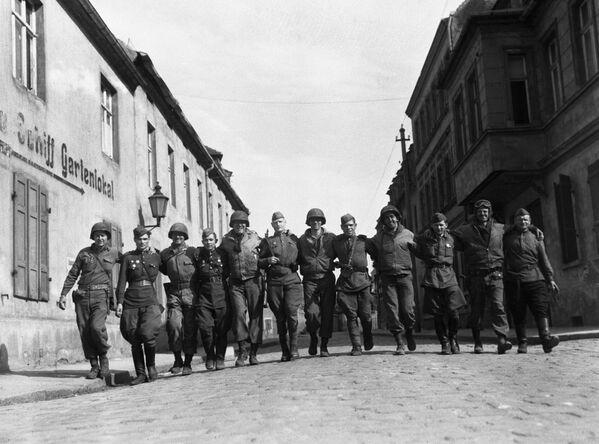 Żołnierze radzieccy i amerykańscy w Torgau, 25 kwietnia 1945. Zdjęcie z archiwum Jacka Connona - Sputnik Polska